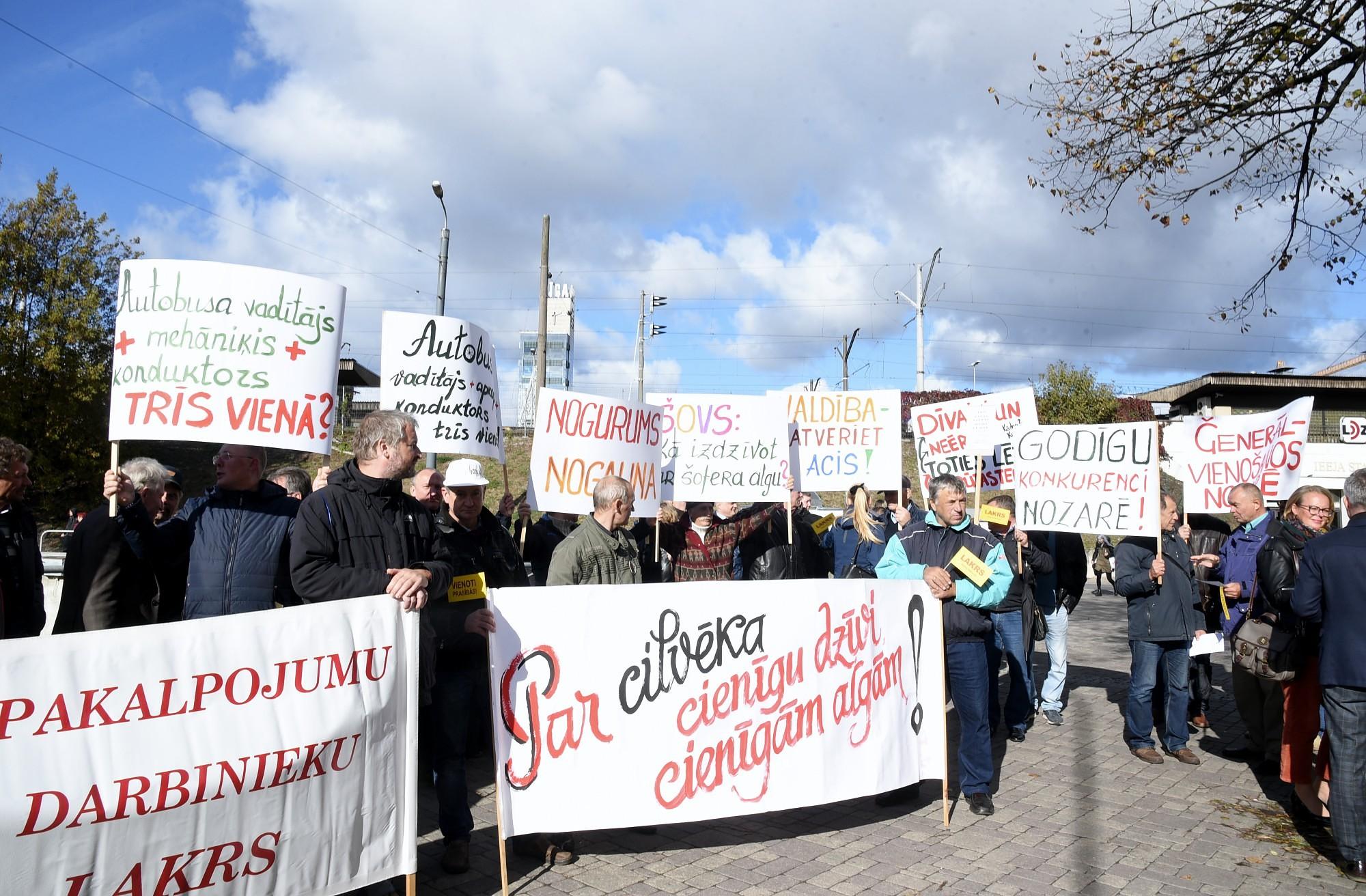 Дополнено – Около 60 водителей автобусов протестуют против низких зарплат у здания Минсообщения