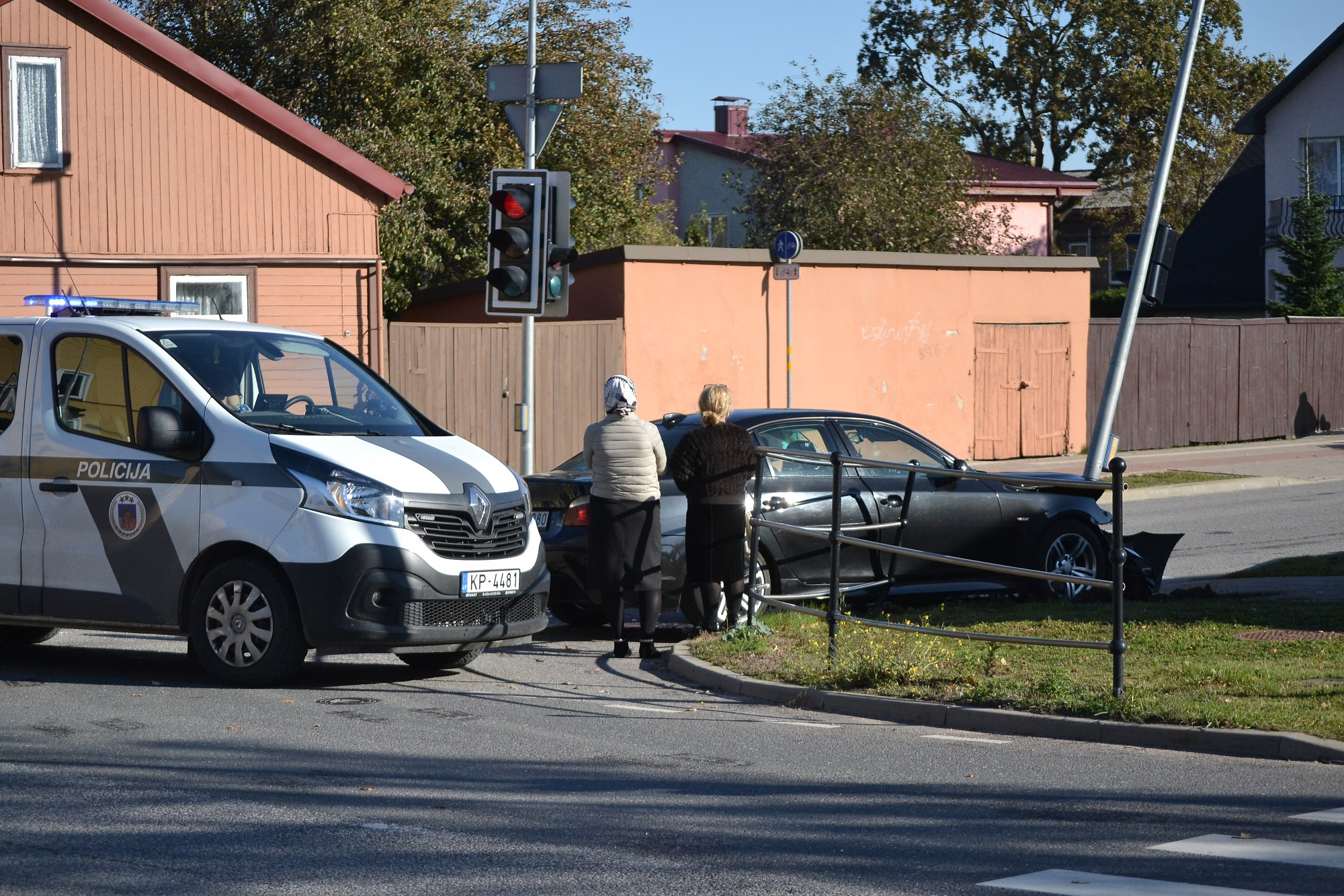 """После столкновения """"BMW"""" врезалась в столб"""