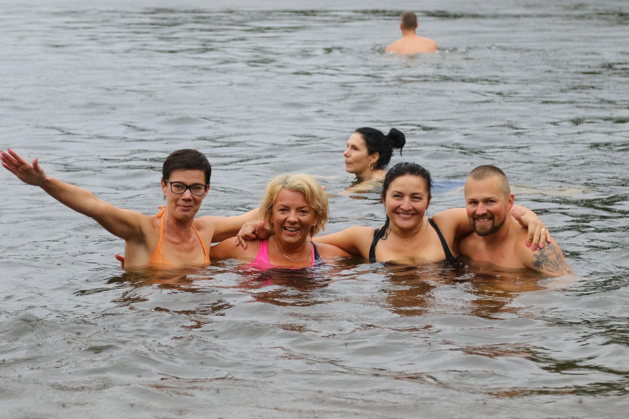 Начали купаться, когда другие закончили
