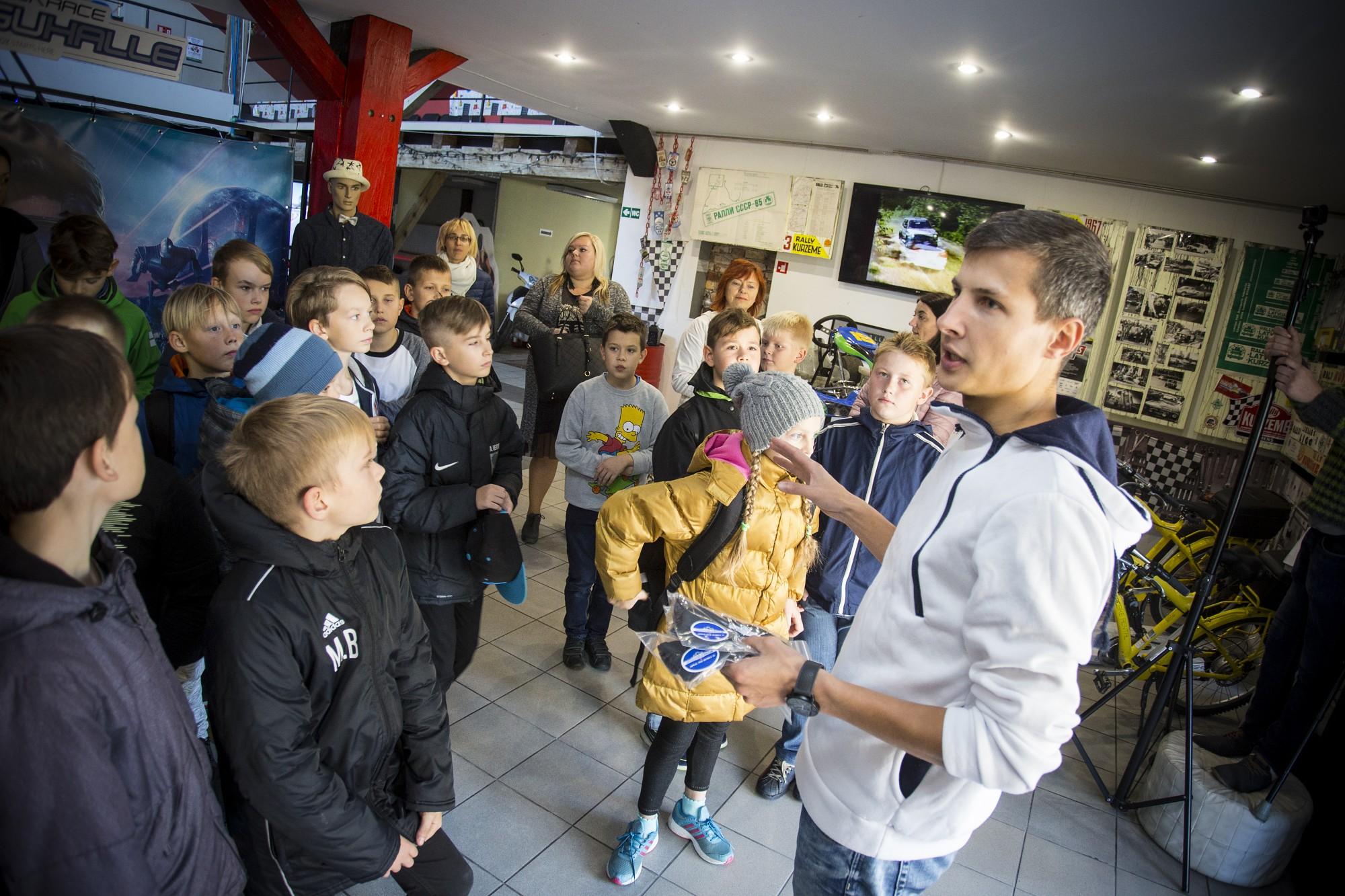 Школьники встречаются с представителями разных профессий