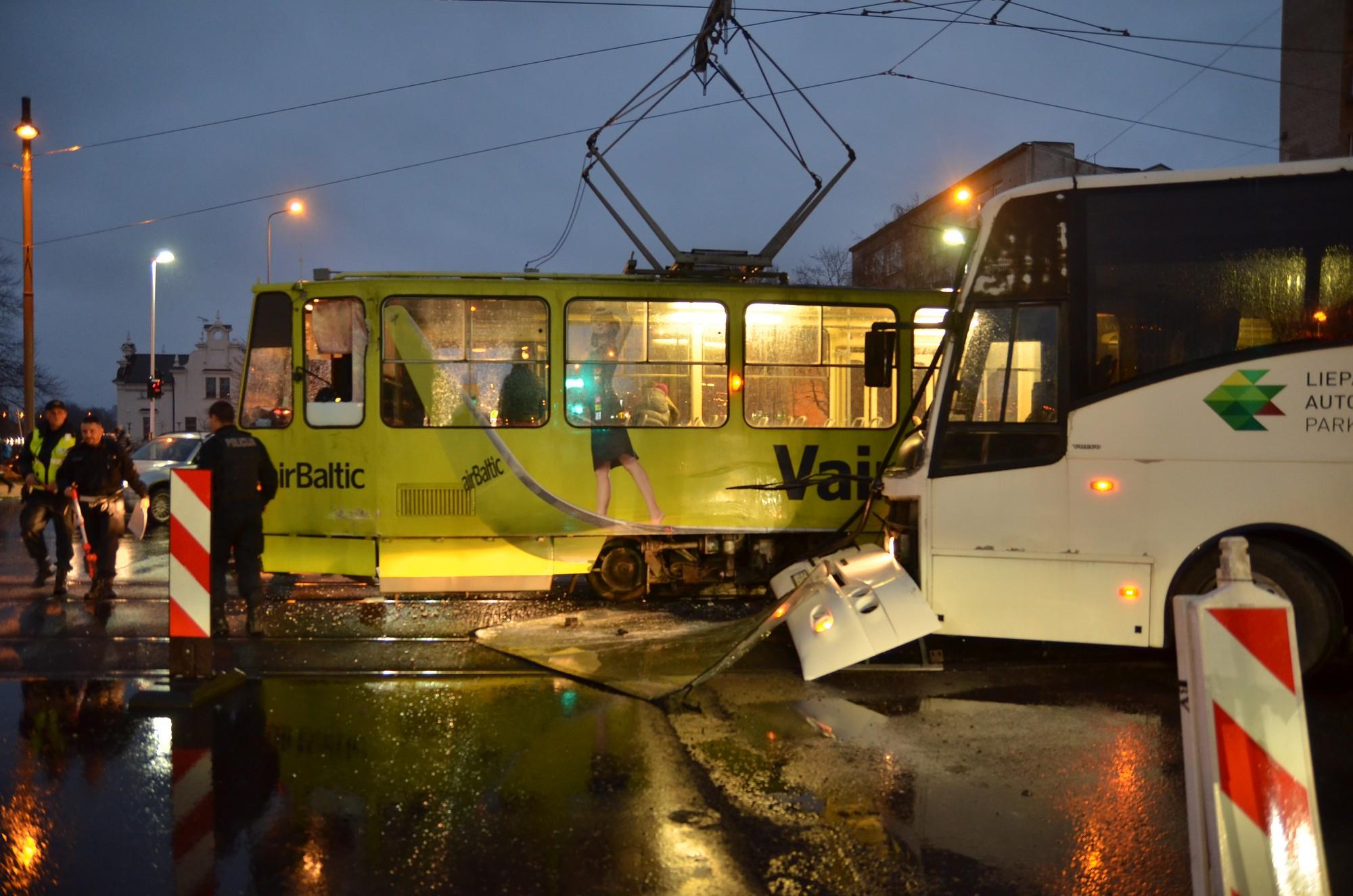 На улице Лиела столкнулись автобус и трамвай