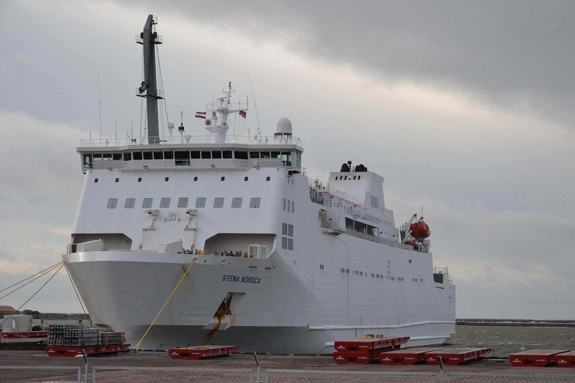 Паромы переждали шторм в порту
