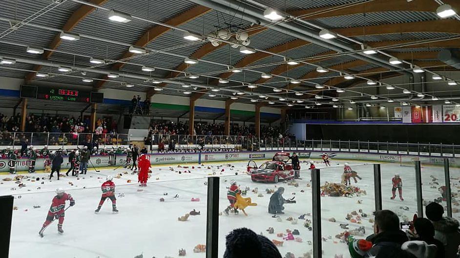 Хоккеисты порадовали детей
