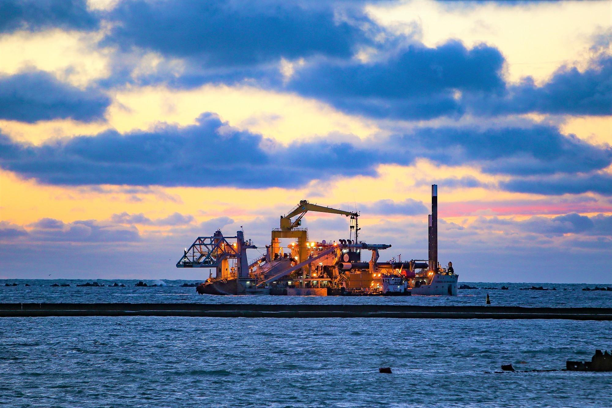 Начинается углубление Лиепайского порта