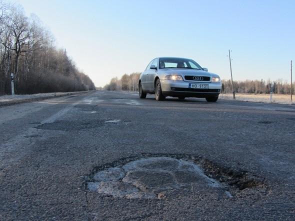 В этом году на государственных автодорогах залатаны выбоины площадью 2371 квадратных метра