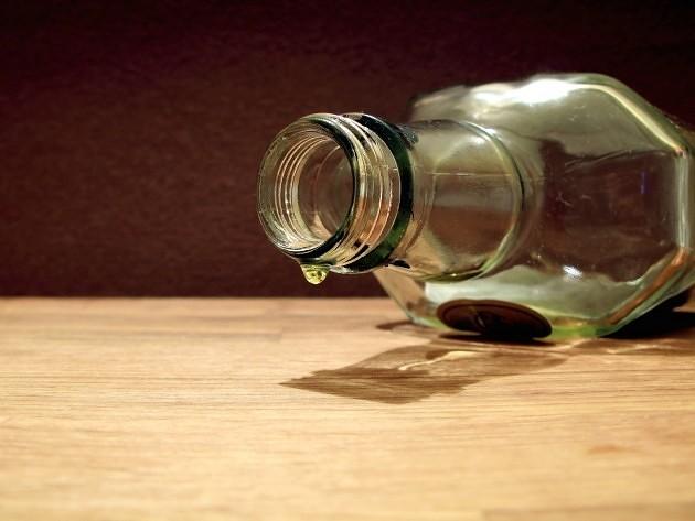 В опьянении с окровавленным лицом
