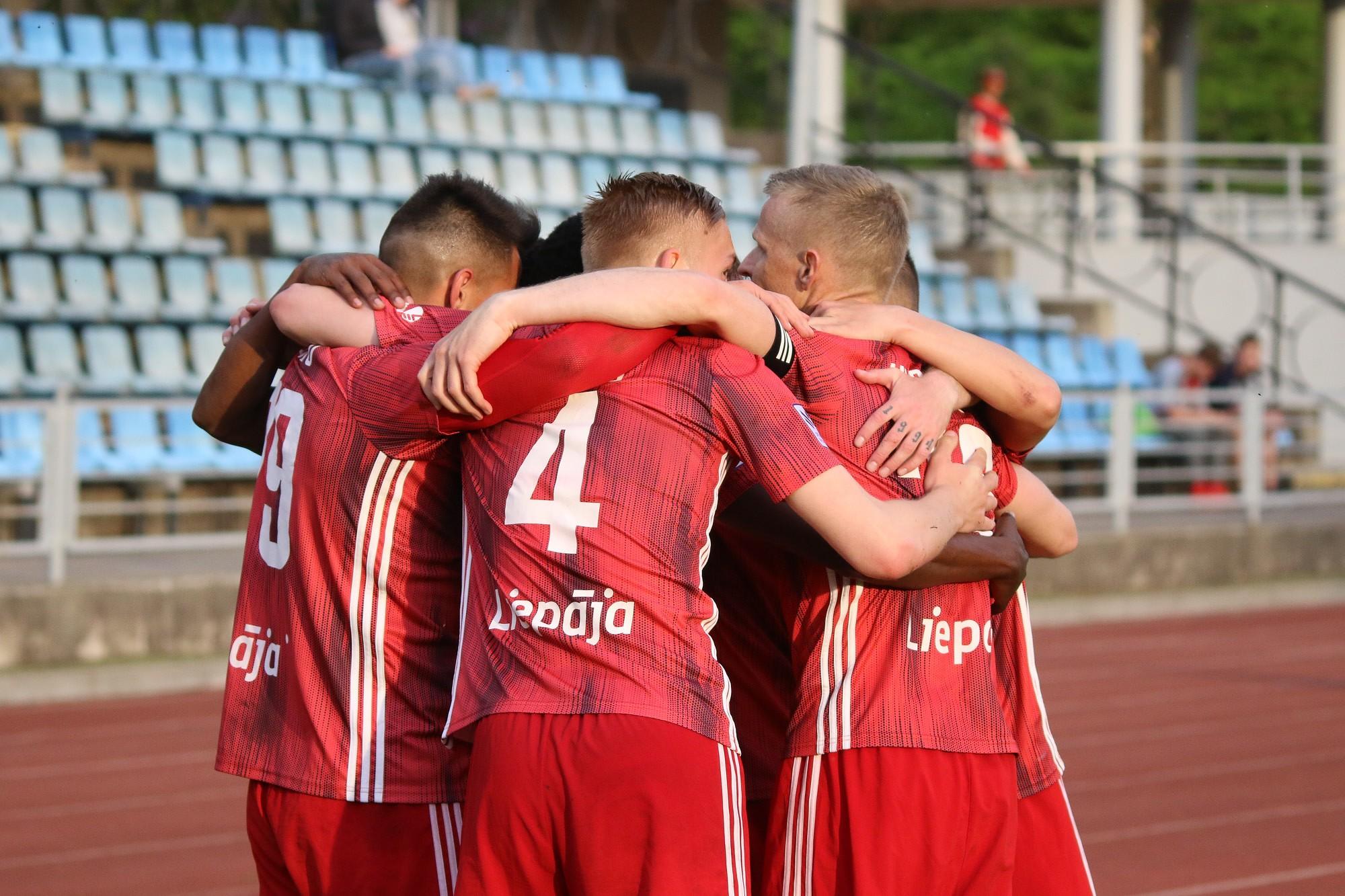 """Футболисты """"Лиепаи"""" в напряженном матче уступили """"Риге"""