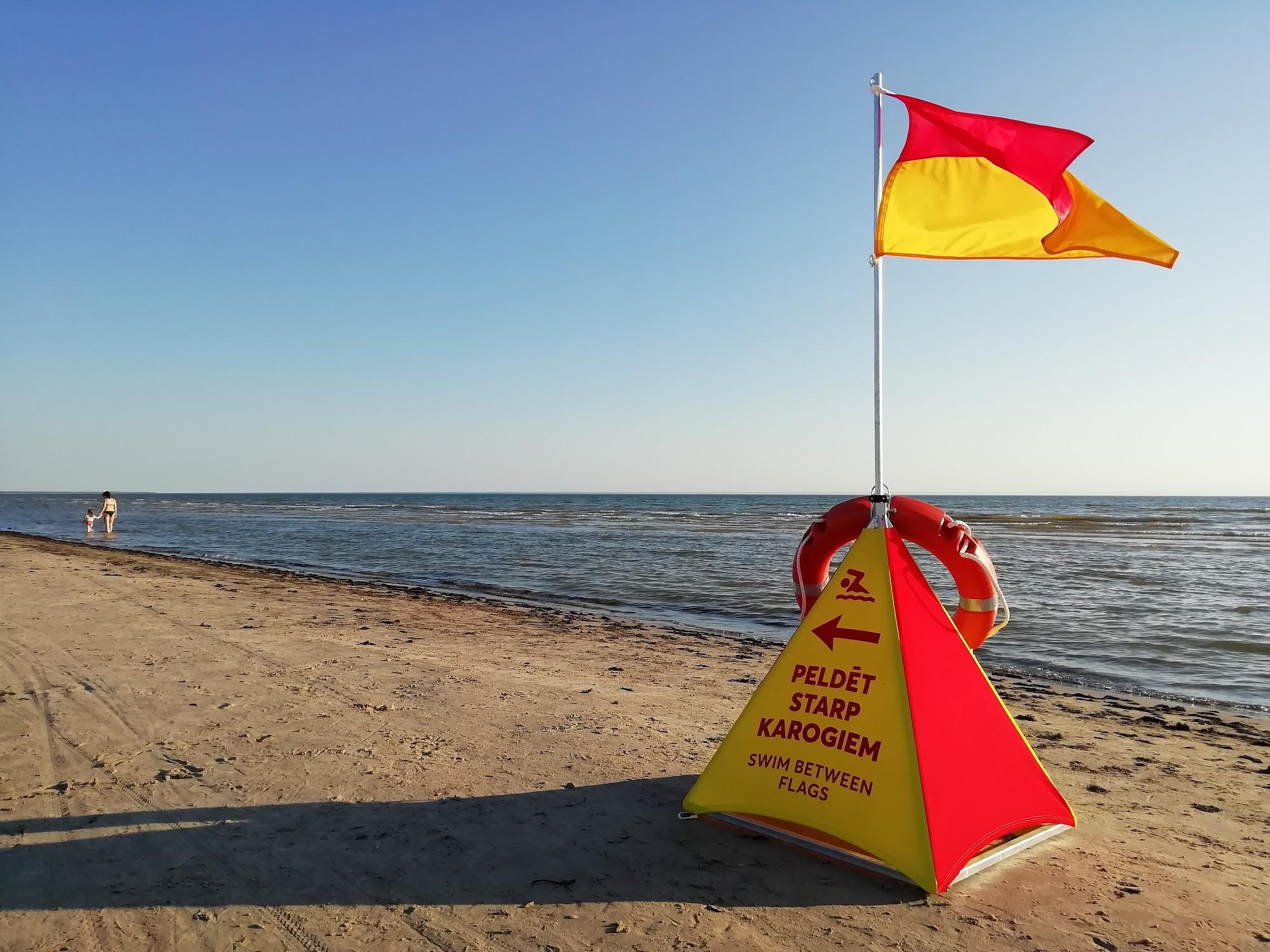 На пляже спасатель вытащил тонущего ребенка