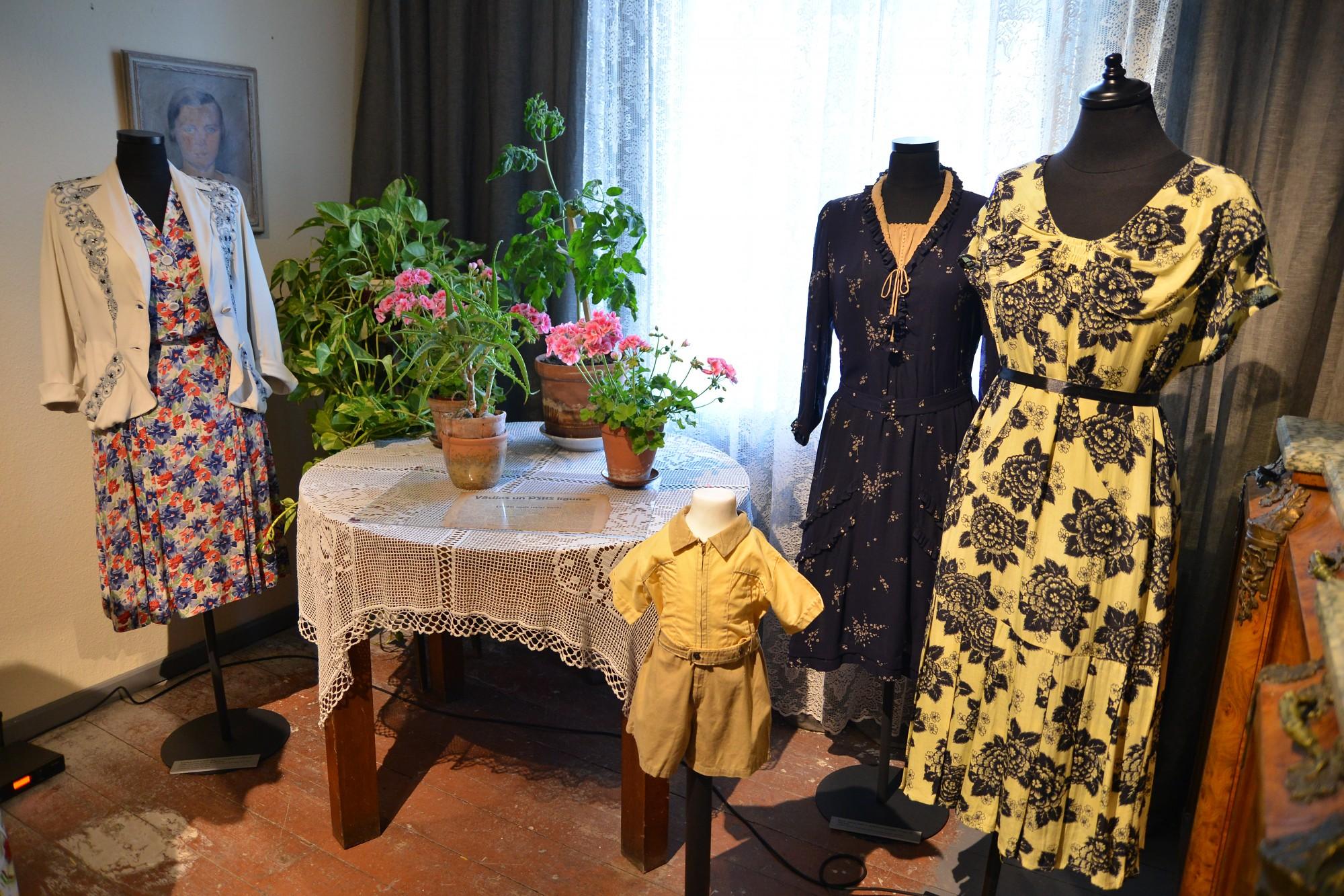 Александр Васильев открыл выставку о моде эпохи Второй мировой войны