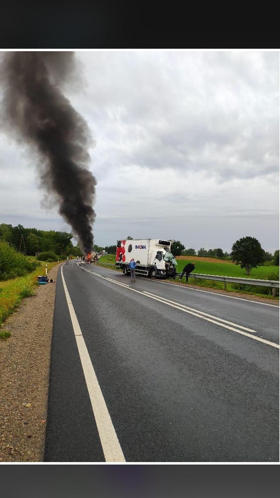 Дополнено – На Лиепайском шоссе произошла тяжелая авария – двое погибших
