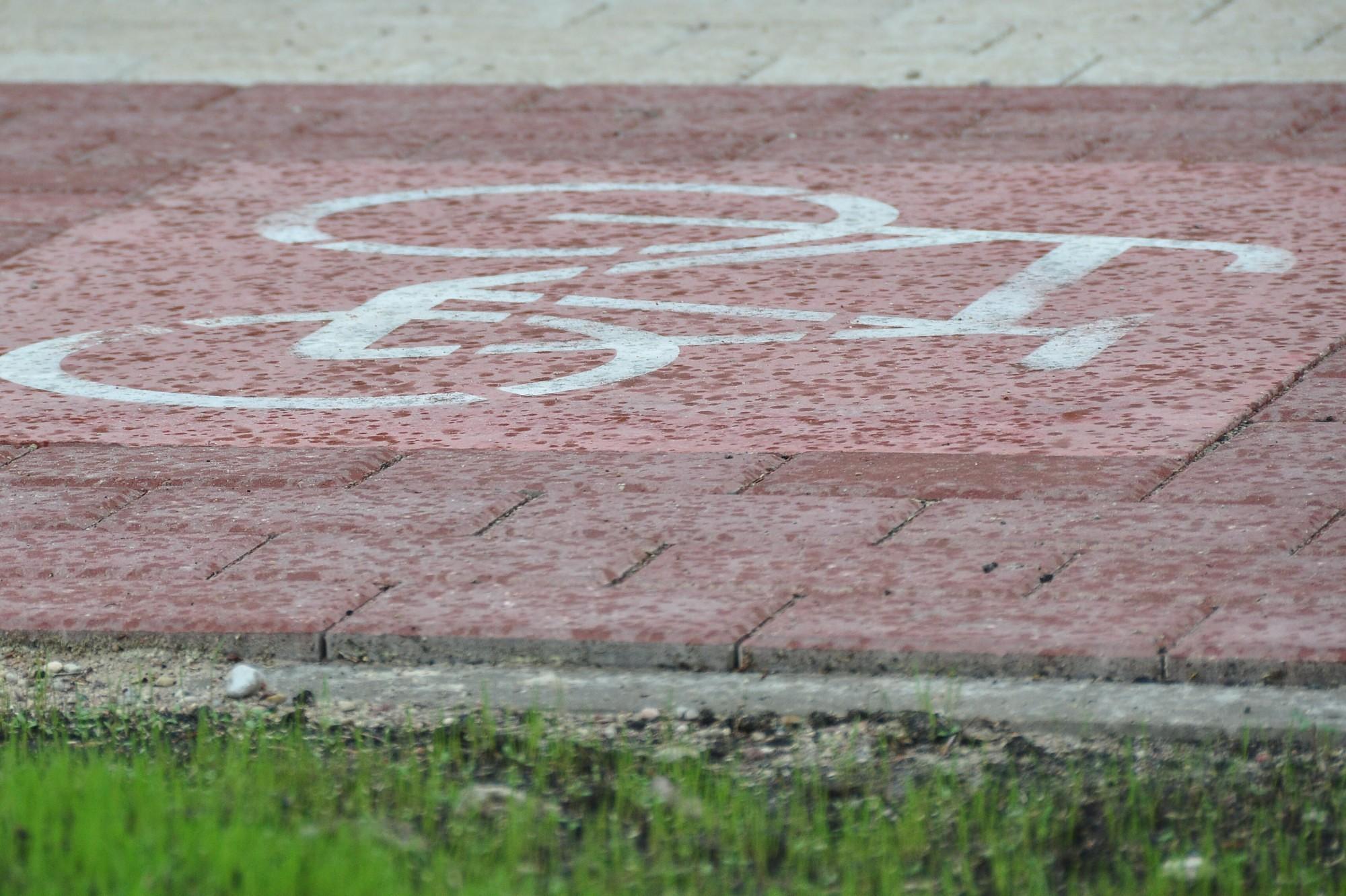 Велосипедист наехал на невнимательного пешехода