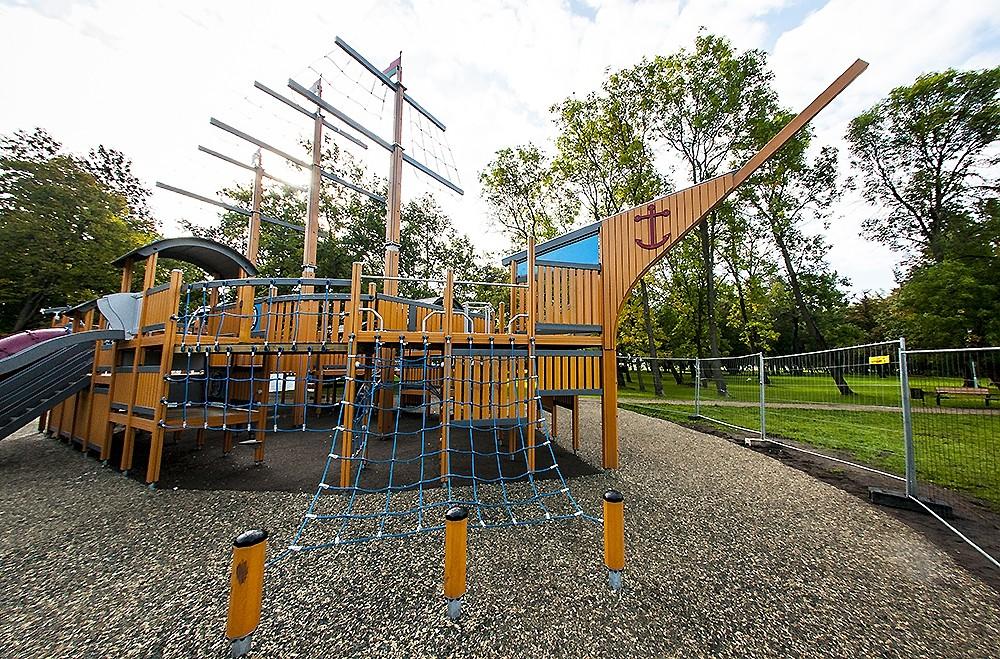 В парке Райниса заляпали детскую площадку