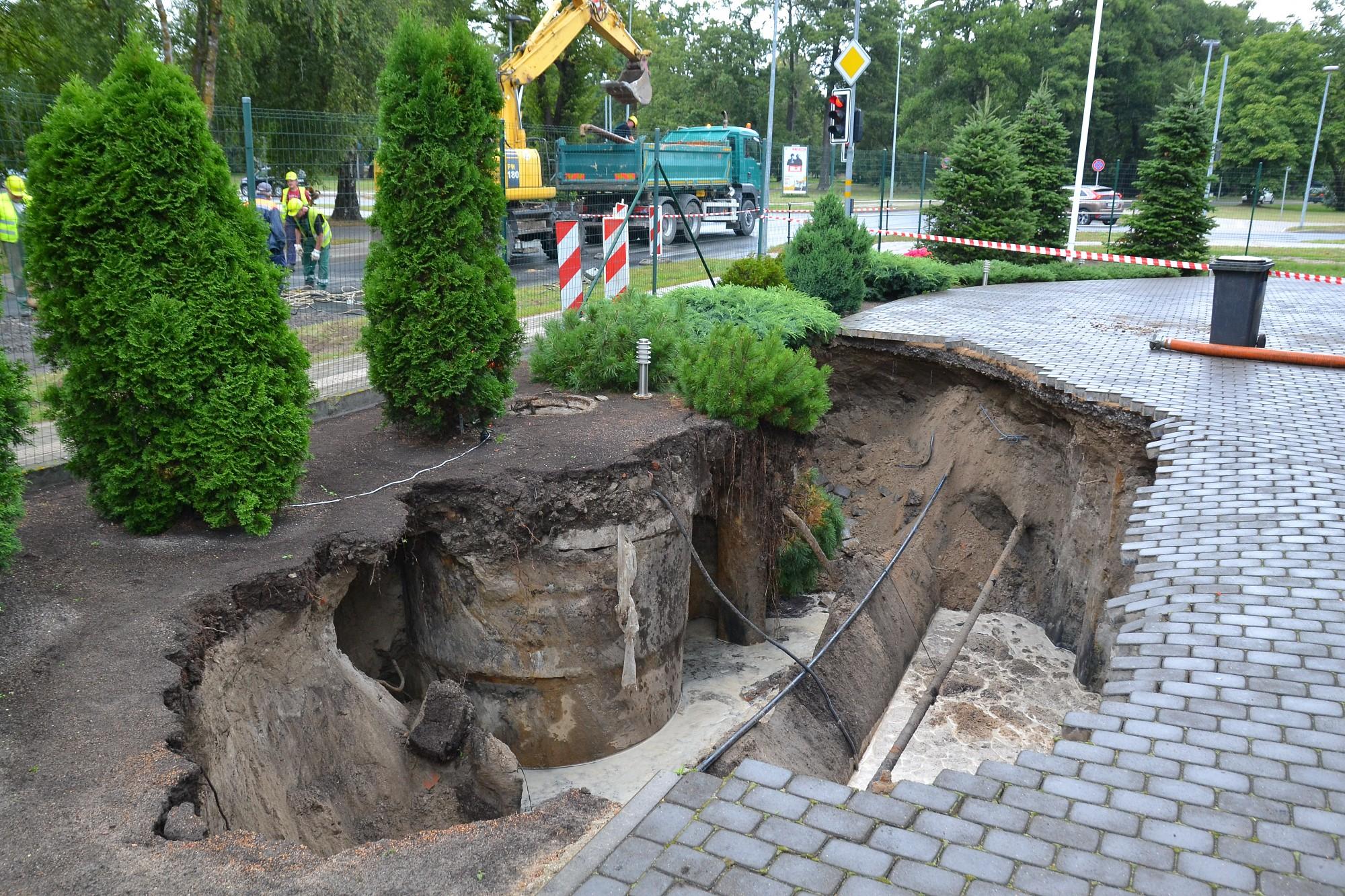 На улице Земниеку обвалился канализационный коллектор