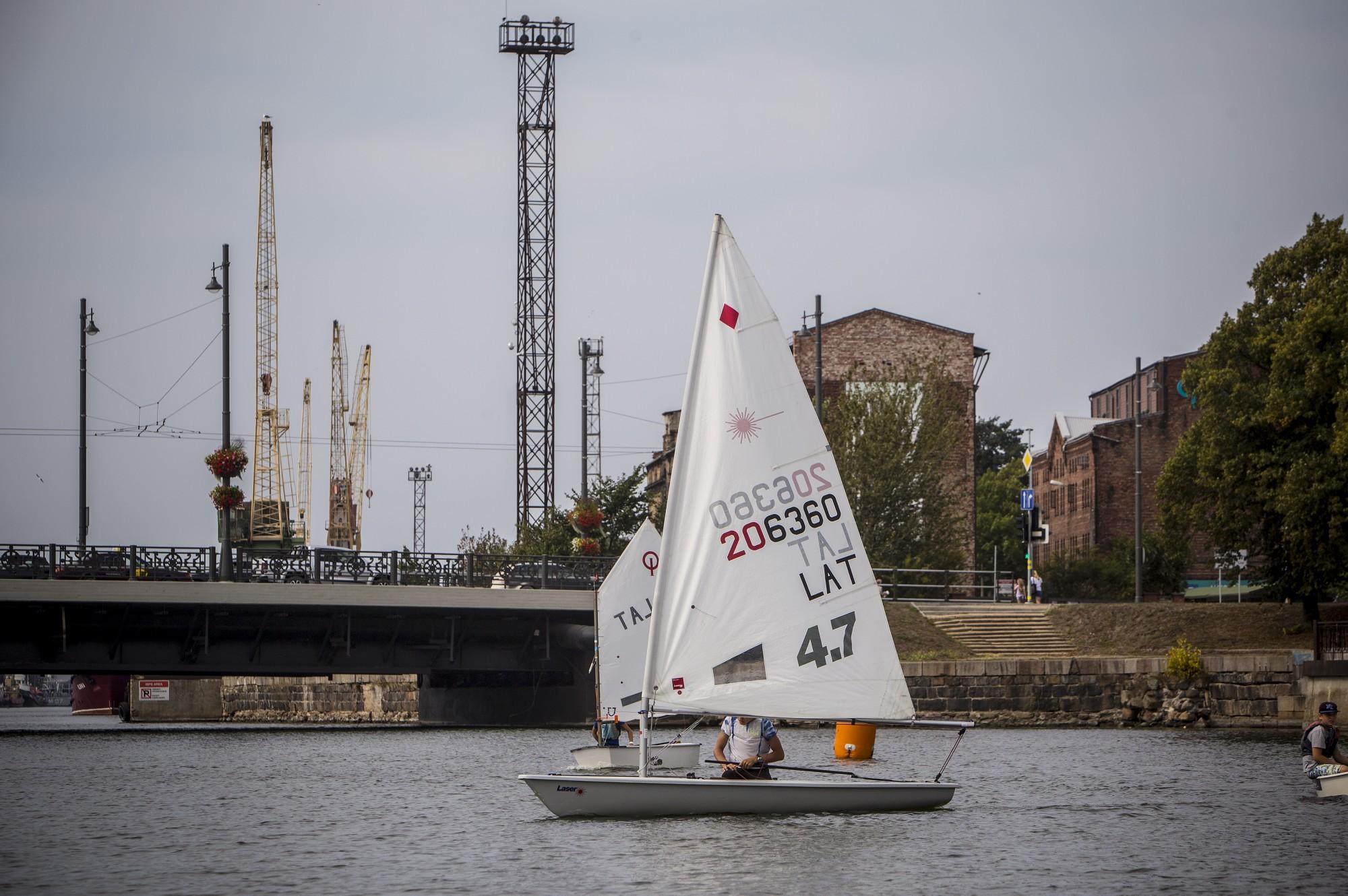 В Лиепайском канале впервые проходит эстафетная регата