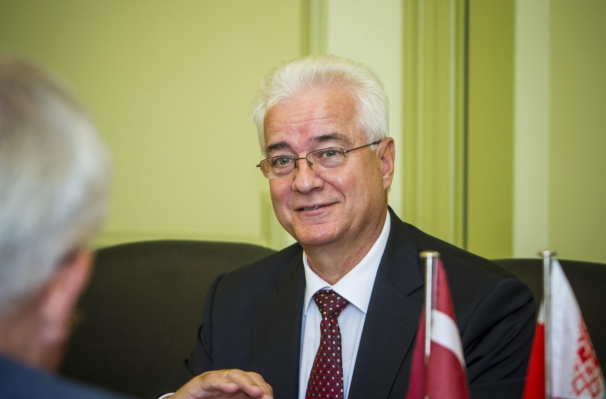 Посол Белоруссии знакомится с предложением Лиепаи