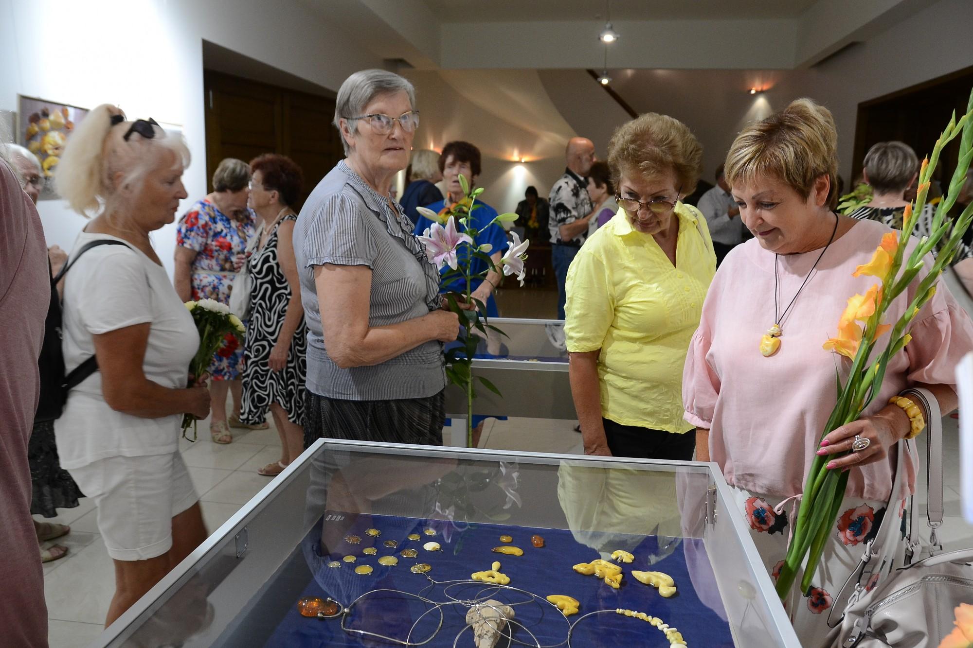 В Лиепайском доме латышского общества открыта юбилейная выставка студии «Зитарс»