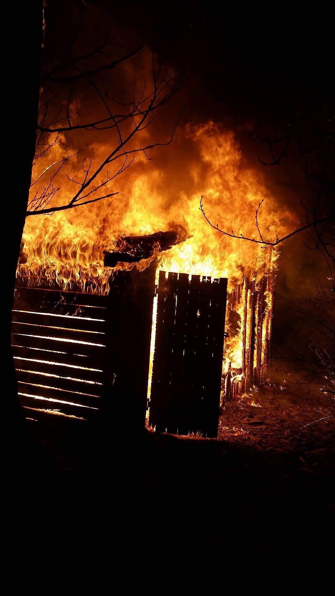 В Лиепае открытым пламенем горел сарай