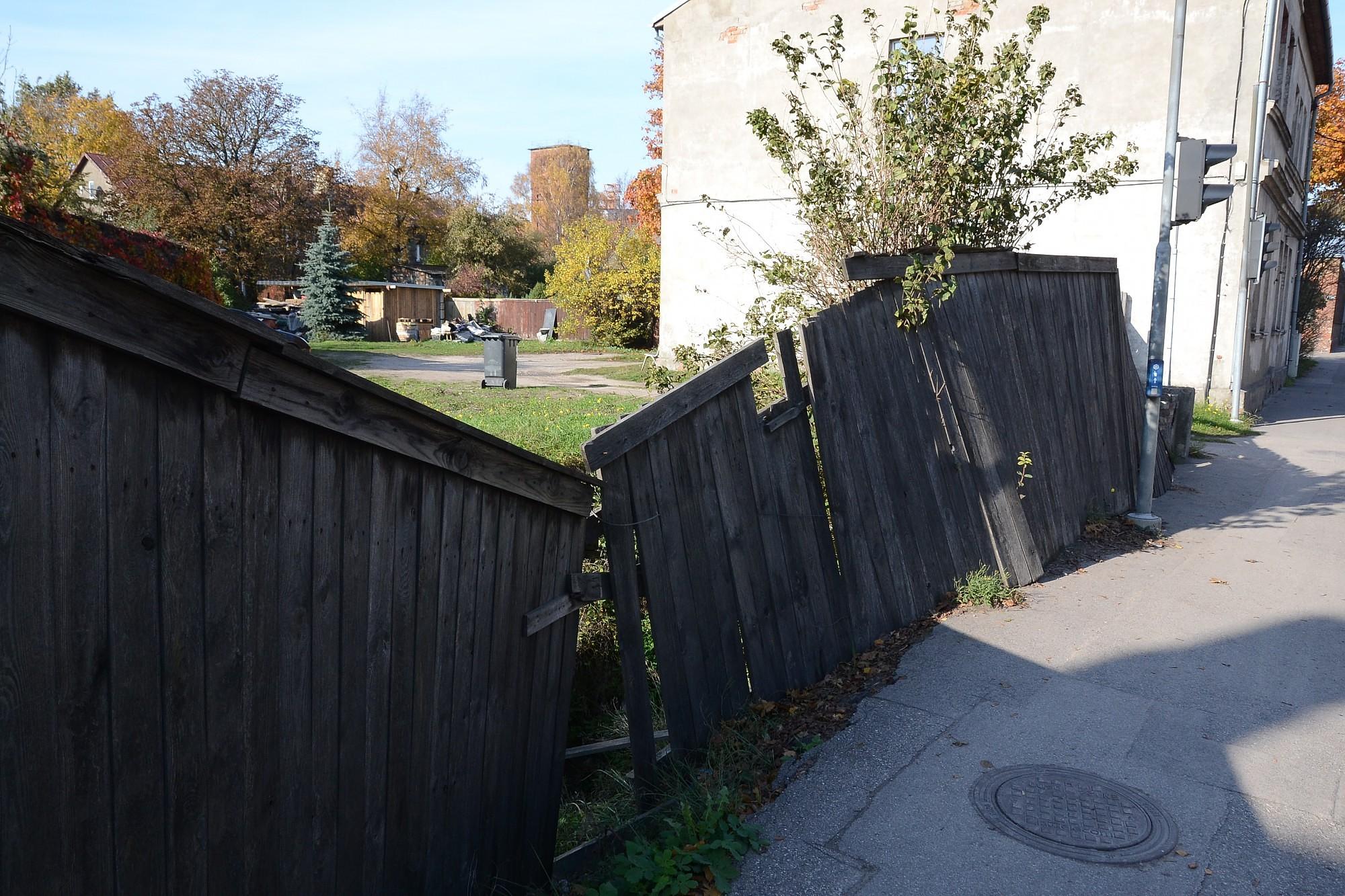 Не могут добиться, чтобы починили забор