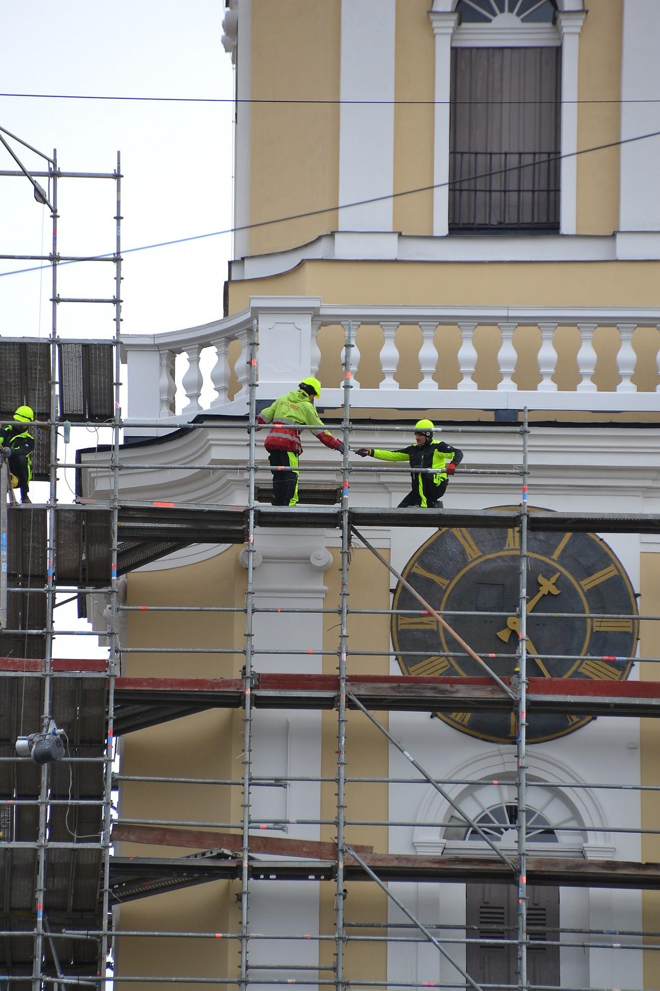 Циферблаты на башне собора отреставрированы; механизму еще надо подождать