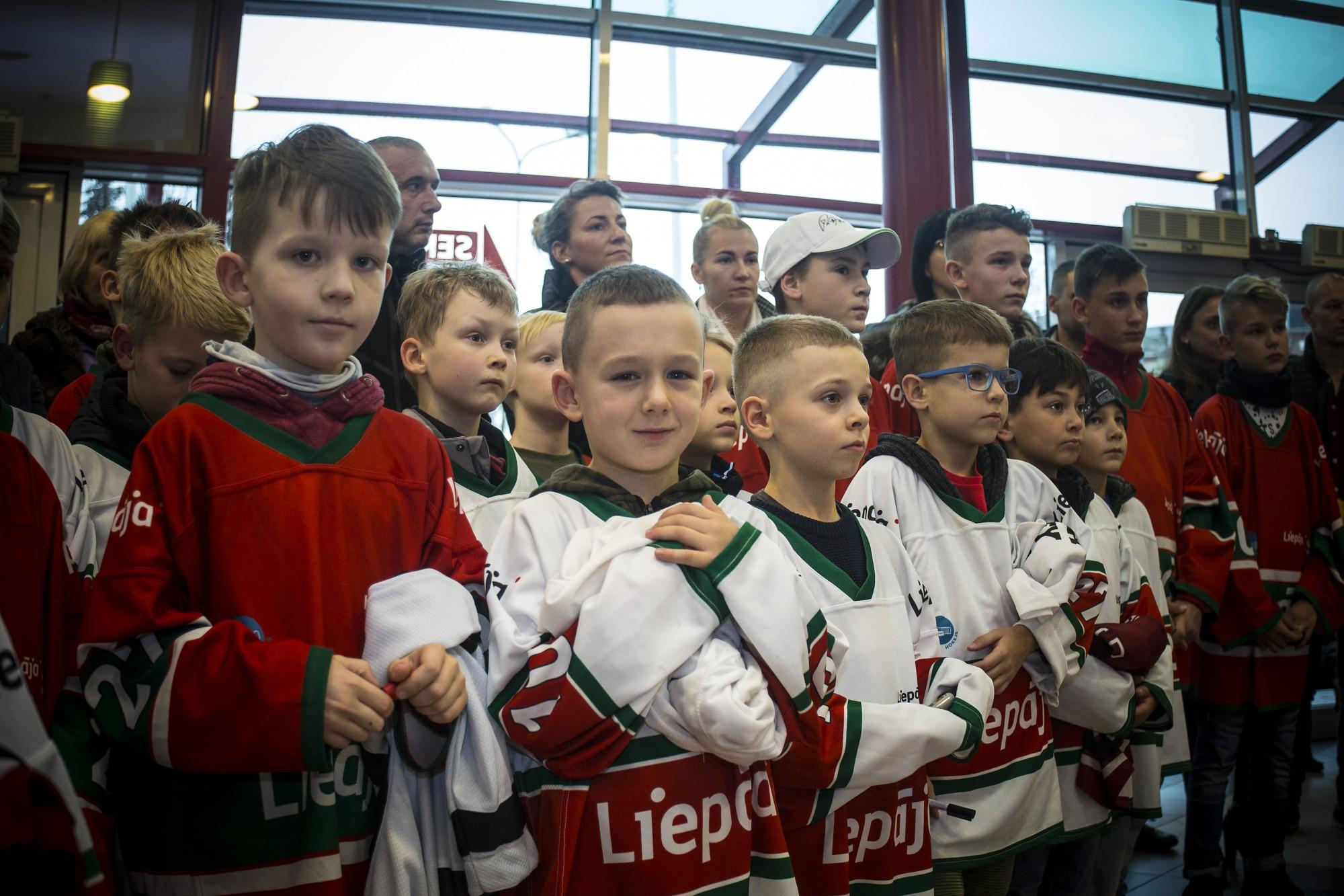 Юные лиепайские хоккеисты в подарок получили экипировку вратаря