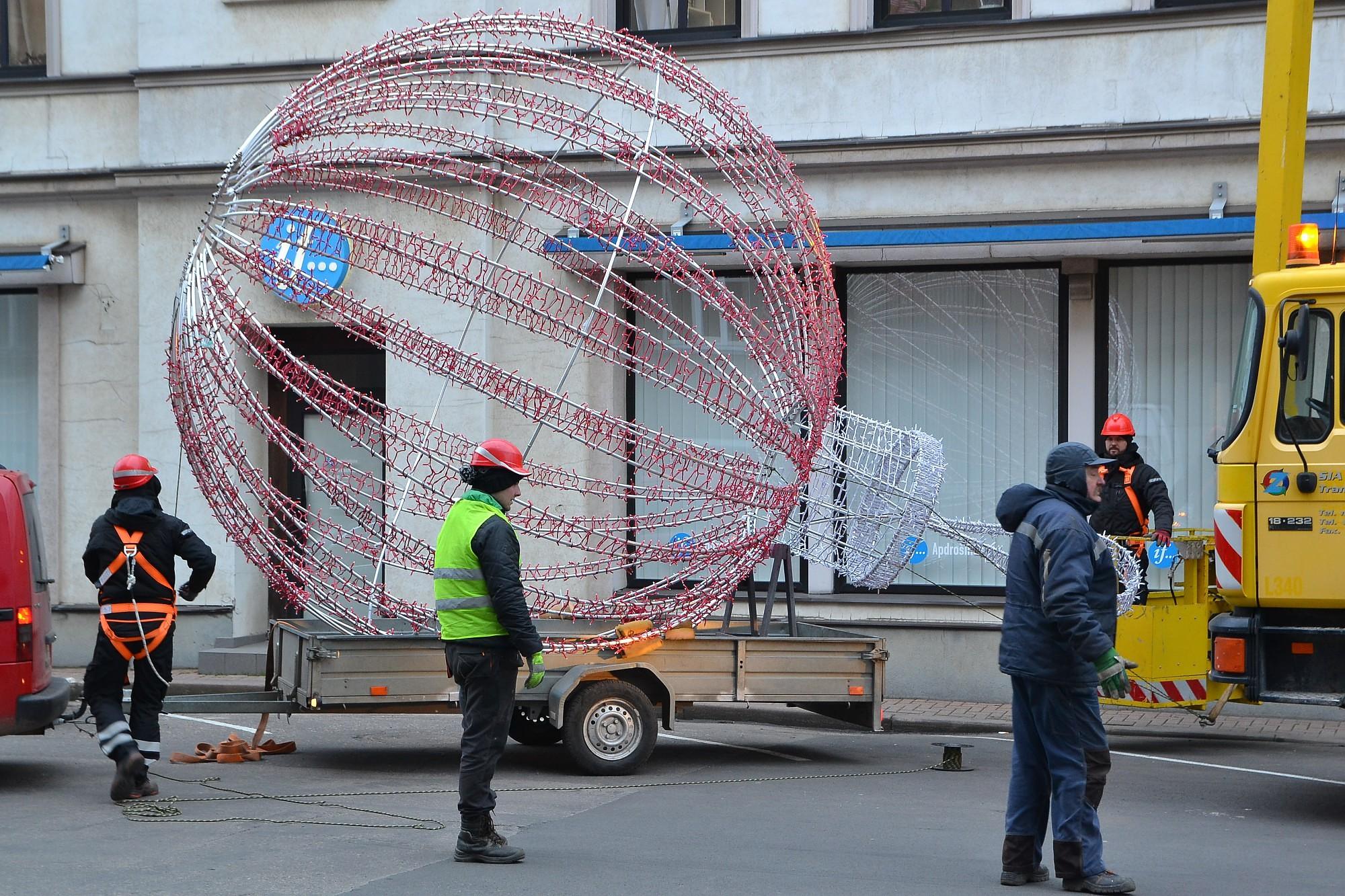 Начинают украшать город к новогодним праздникам