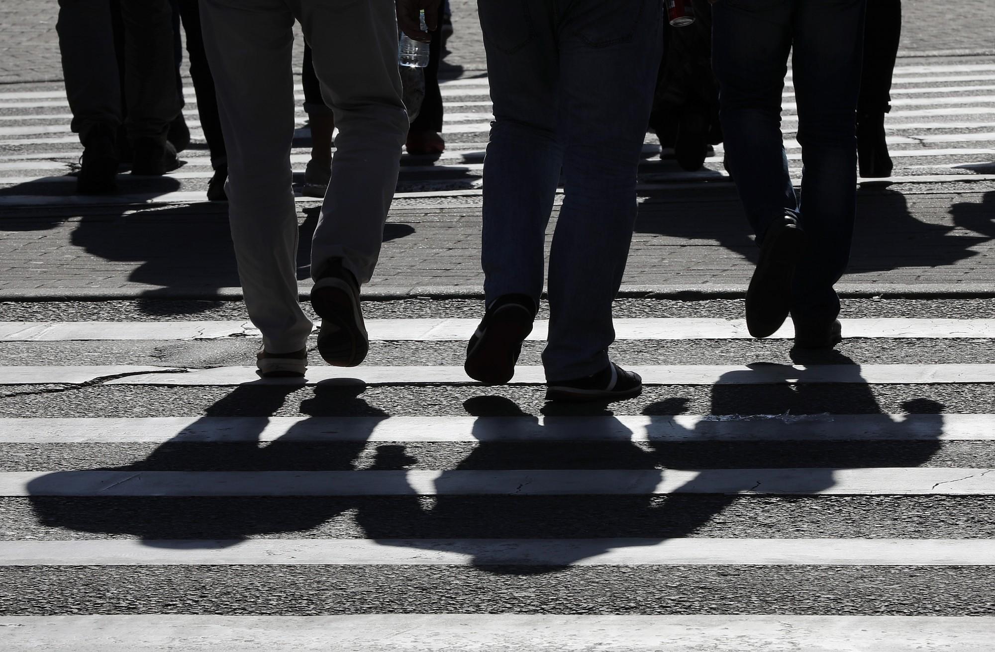 На пешеходном переходе на улице Елгавас сбит человек
