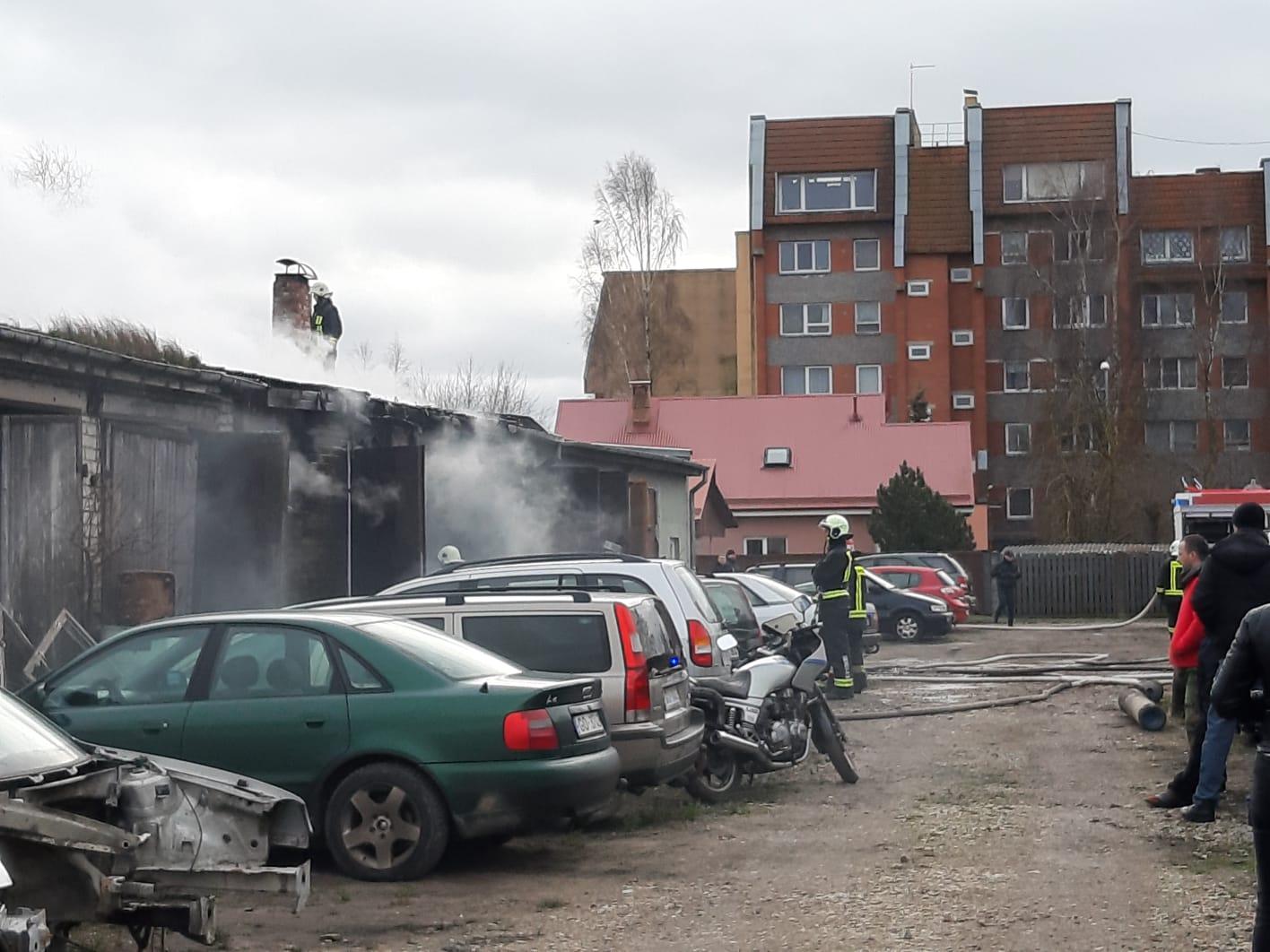 На улице Рудбаржу горели гаражи