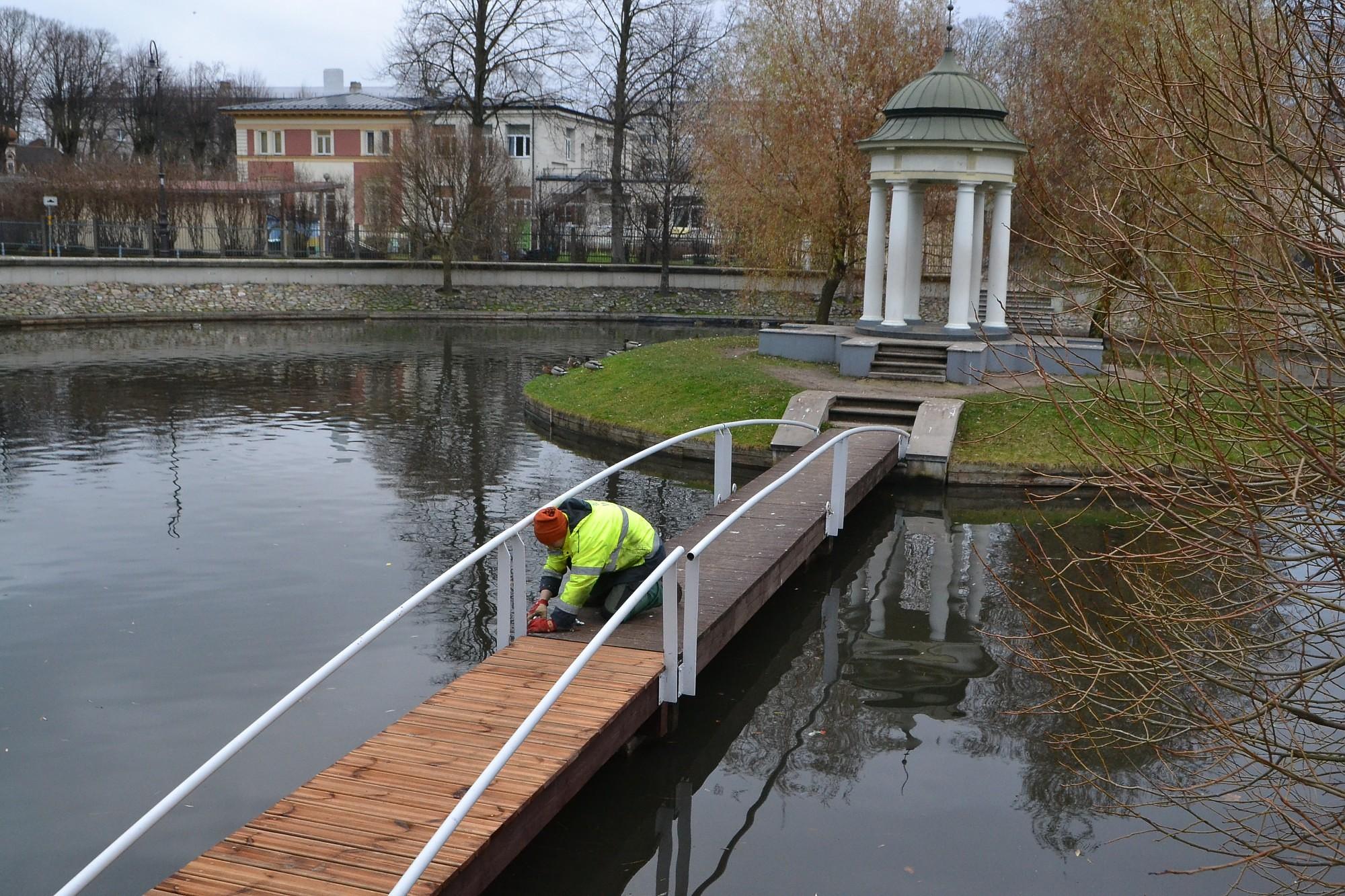 Обновляют мостик Лебединого пруда