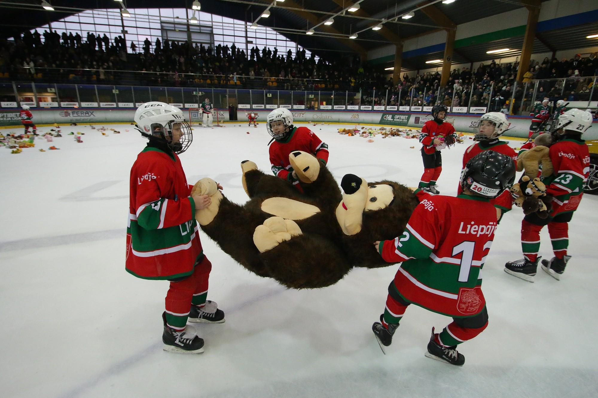 «Лиепая» одолела команду «Курбадс». На лед полетели игрушки