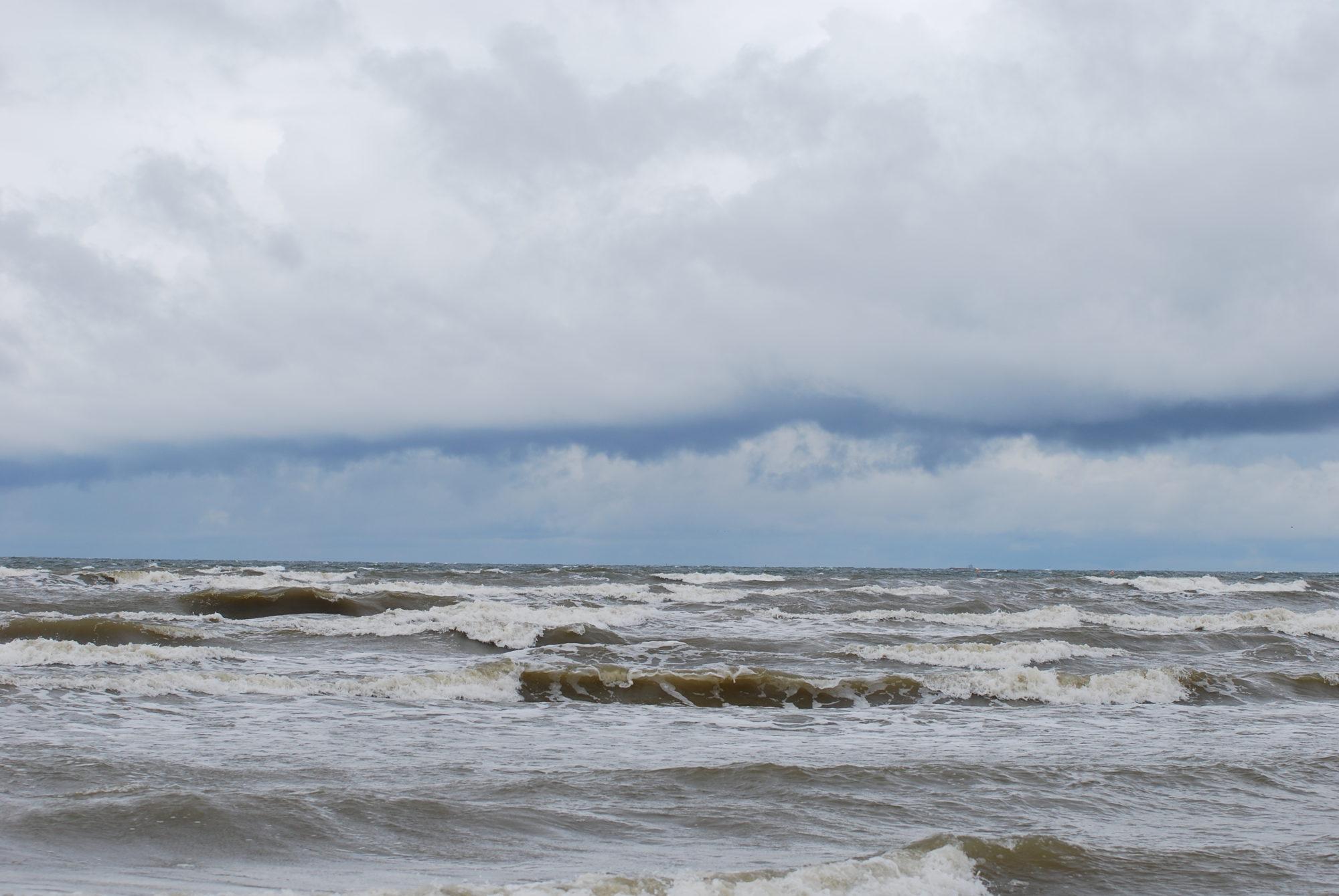 На Лиепайский пляж вымыто похожее на пальмовое масло вещество; угрозы для здоровья жителей и среды нет