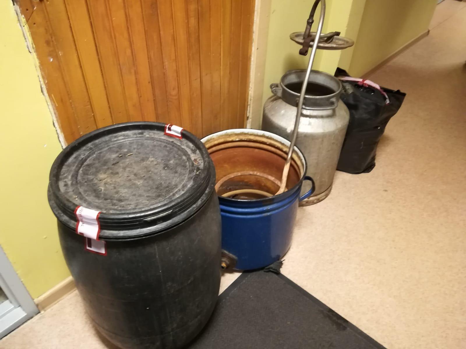 Государственная полиция в одной квартире в Гробиньской волости обнаружила нелегальный алкоголь и оборудование для его производства