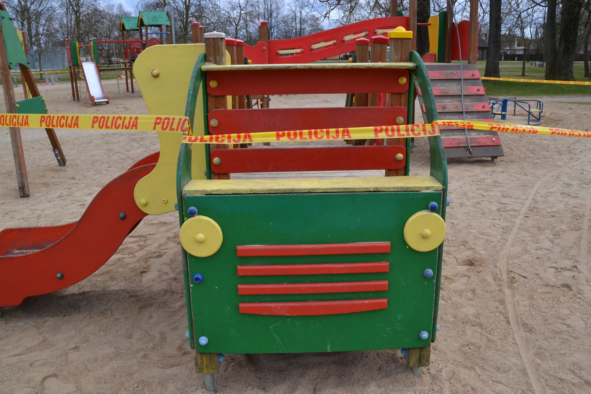 В Лиепае закрывают общественные детские игровые площадки