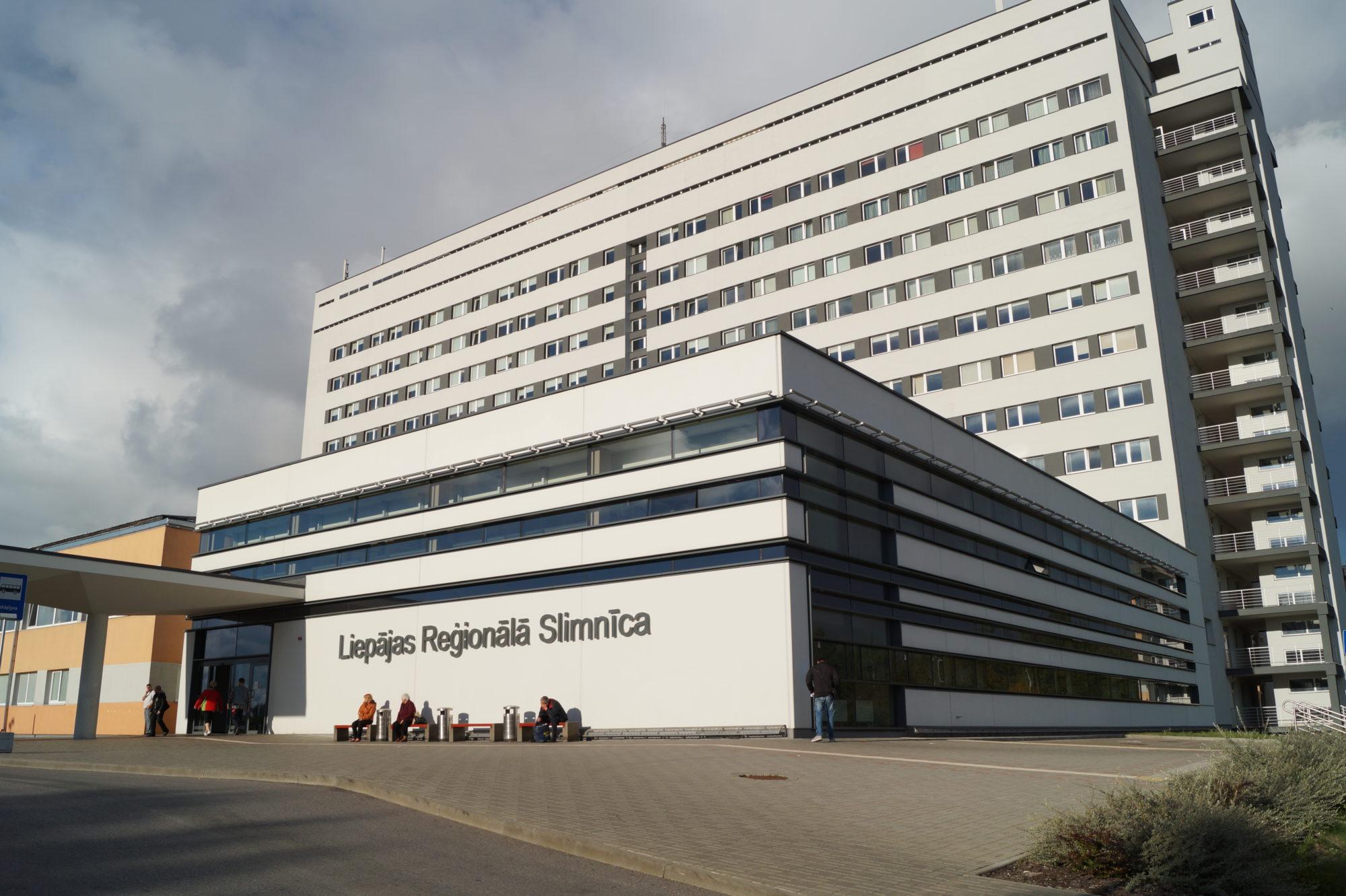 Лиепайское самоуправление из больницы домой доставило трех пациентов с Covid-19