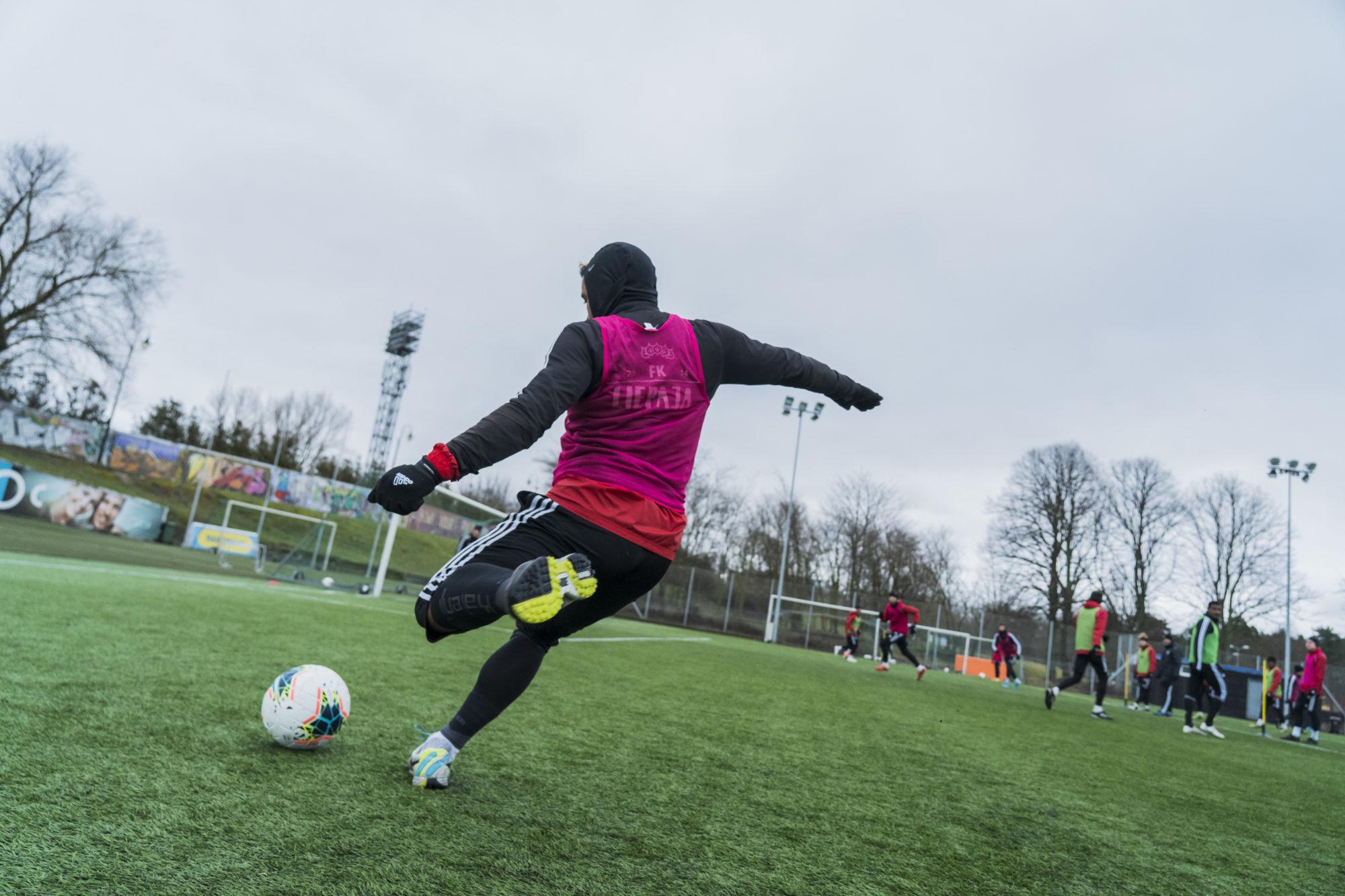 Футболисты тренируются на стадионе «Олимпия»