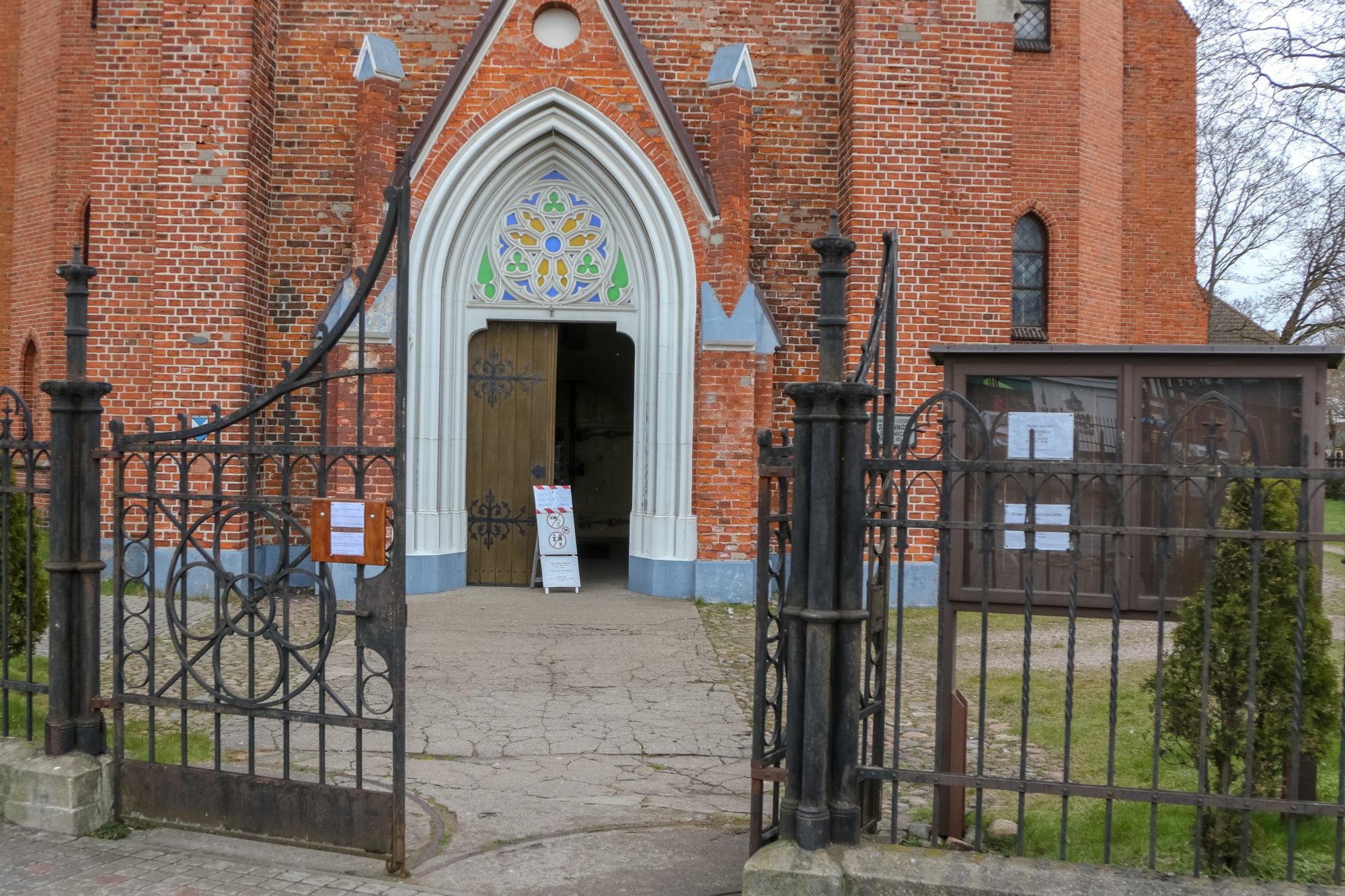 В церкви Святой Анны молились вместе, но за закрытыми дверями