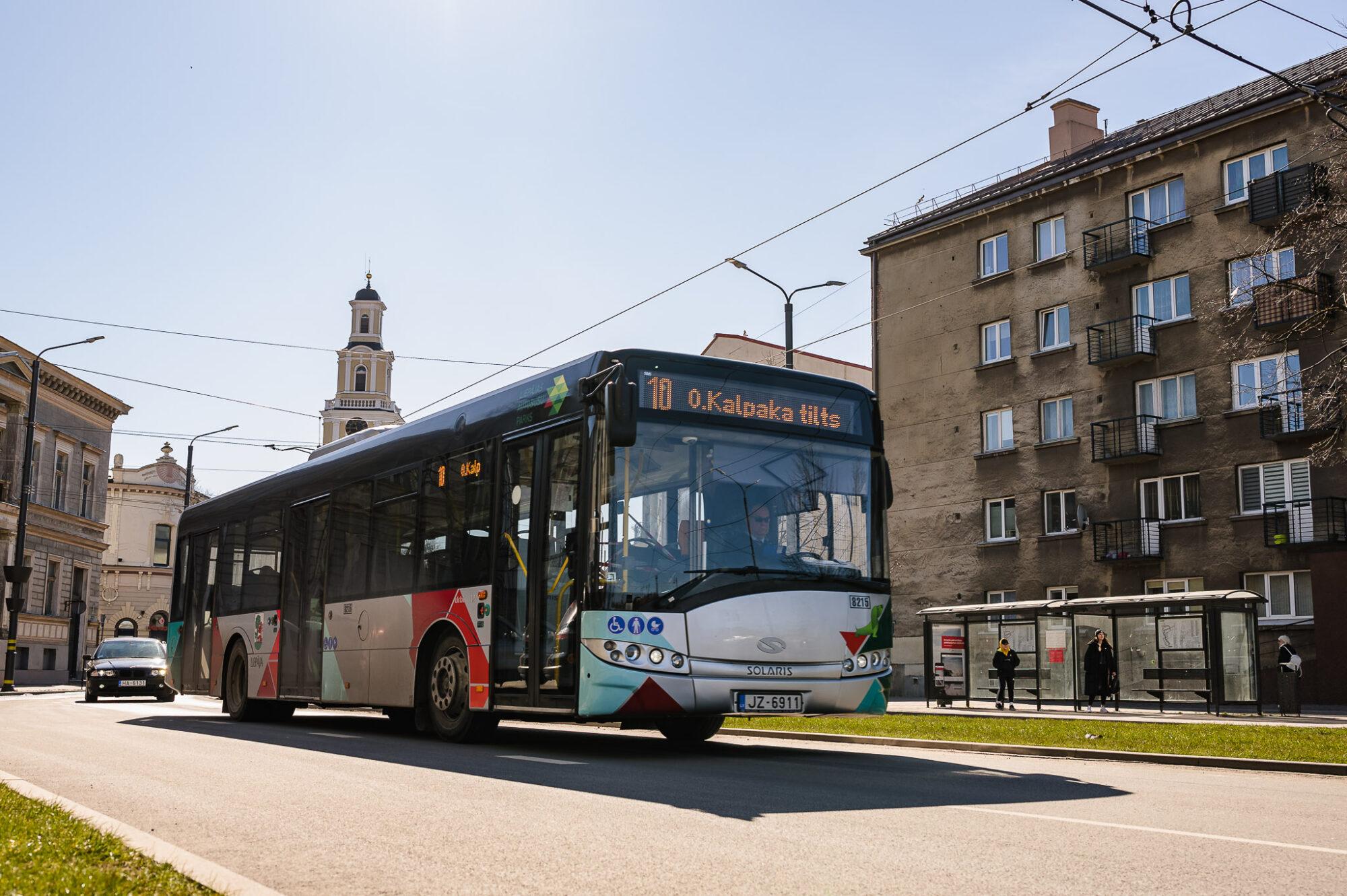 Лиепайские школьники на  консультации и экзамены смогут отправиться, пользуясь общественным транспортом бесплатно