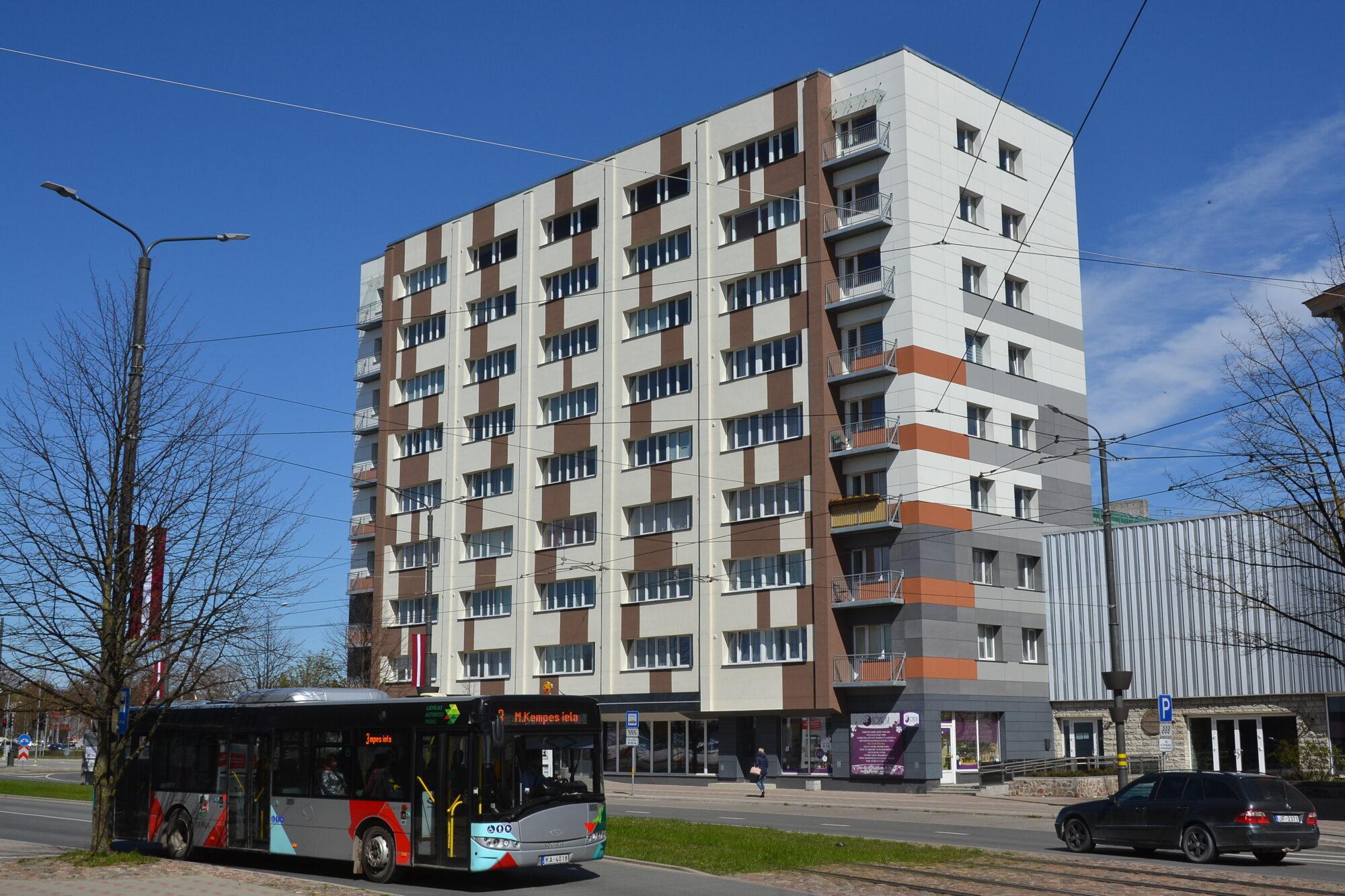 Завершена затянувшаяся реновация самого старого в Лиепае девятиэтажного дома