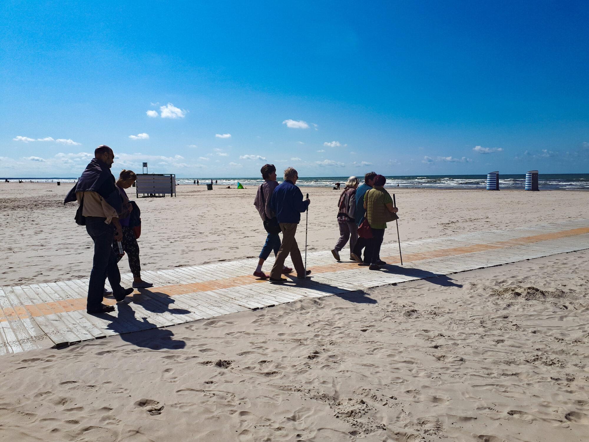 Людей с инвалидностью и сениоров приглашают в поход вдоль берега моря