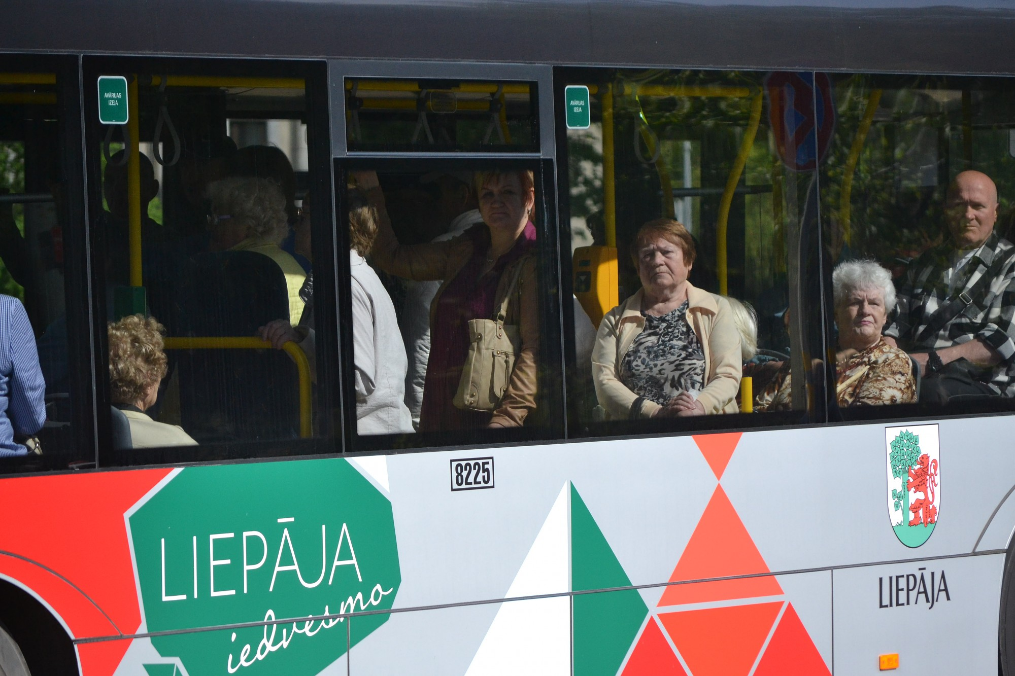 На ул.Райня столкнулись автобус и легковая автомашина