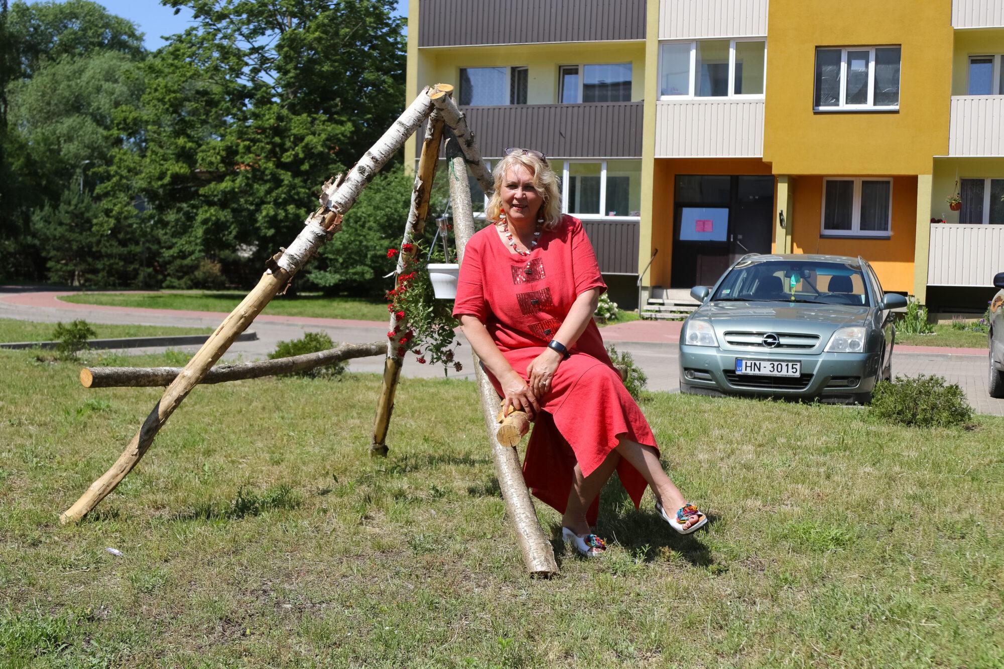 Лиепайчанка взяла на себя заботы о насаждениях во дворе многоквартирных домов