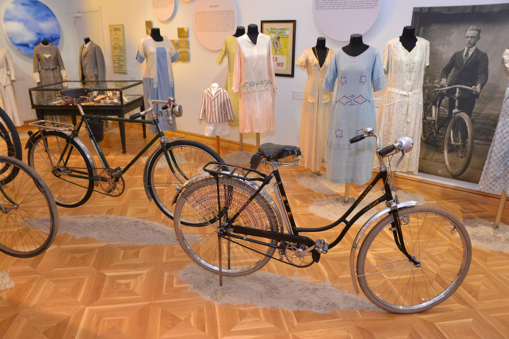 В Лиепайском музее открыли выставку о веломоде