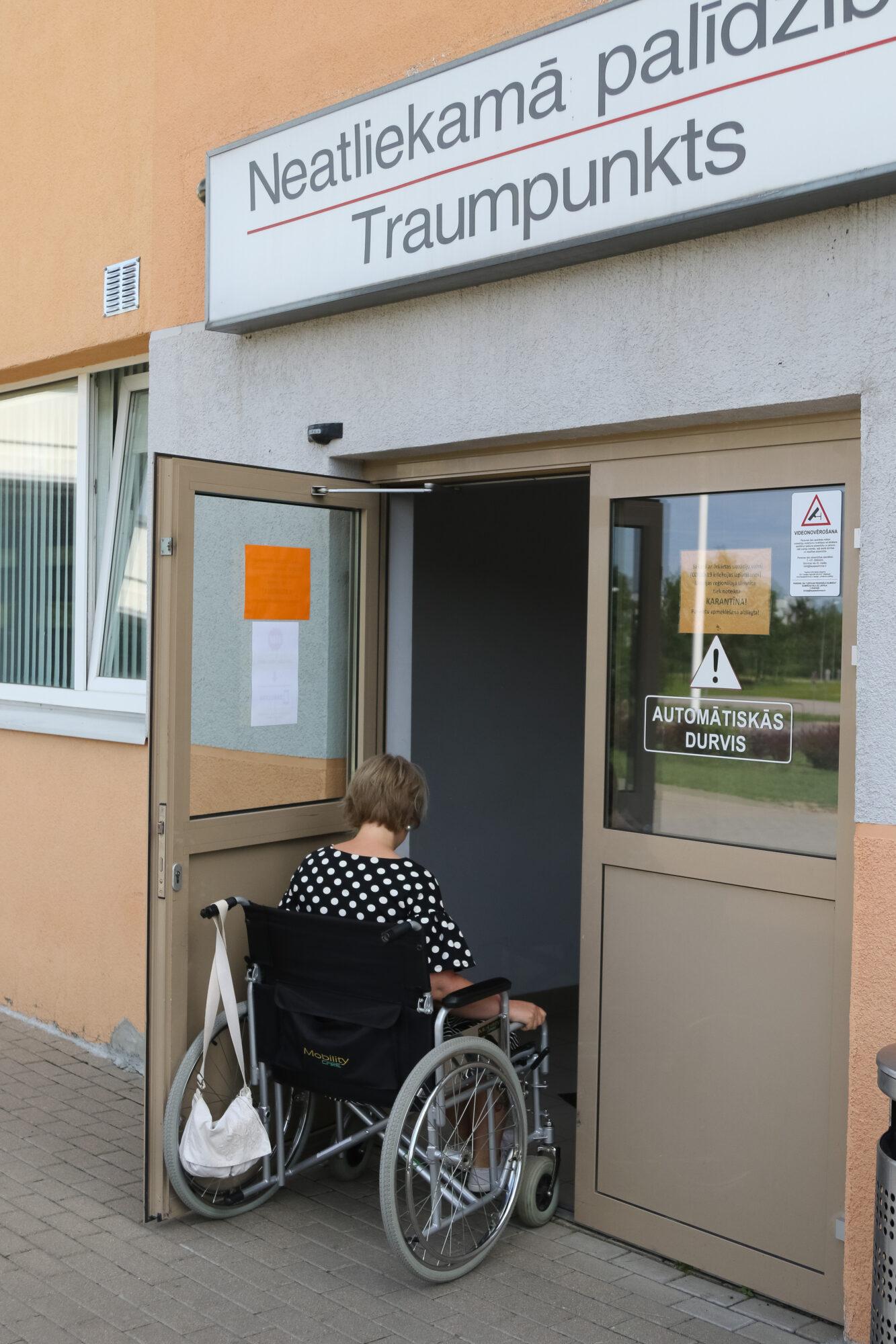 Человек в инвалидной коляске застрял в дверях больницы