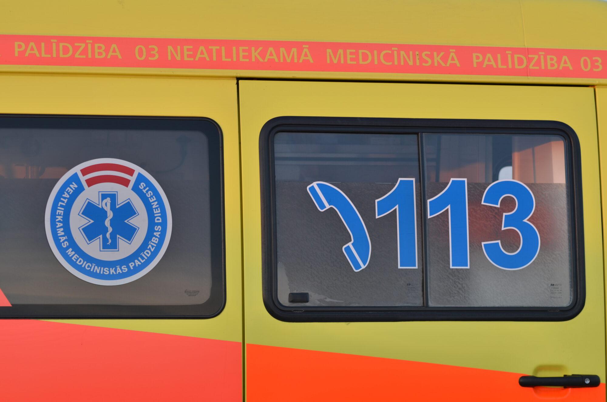 Девочка после столкновения с машиной попала в больницу