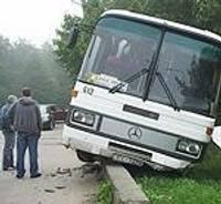 На бетонный бордюр «посадил» маршрутный автобус
