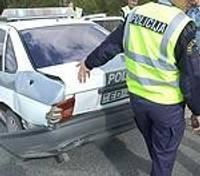 Таранит автомашину дорожной полиции