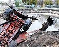 В строительный котлован упал экскаватор