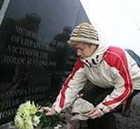 У мемориала в Шкеде