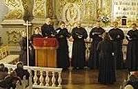 Хор патриархии поет в переполненной зрителями церкви