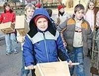 Дети готовят жилье для птичек