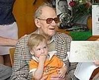 Юбиляр поет в свой 100-й день рождения